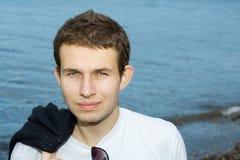Jong gezicht op kust, overzees als achtergrond Royalty-vrije Stock Fotografie