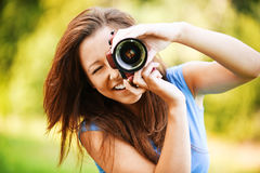 Jong glimlachend meisje dat foto maakt royalty-vrije stock afbeelding
