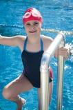 Jong glimlachend meisje die in de pool leren te zwemmen Royalty-vrije Stock Foto's
