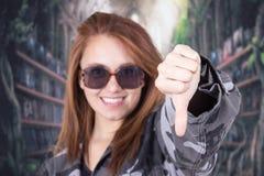 Jong glimlachend meisje die militaire eenvormig dragen en Stock Foto