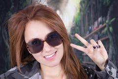 Jong glimlachend meisje die militaire eenvormig dragen en Royalty-vrije Stock Afbeeldingen