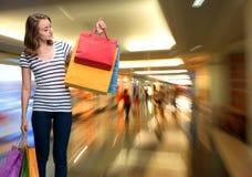 Jong glimlachend meisje met het winkelen zakken Royalty-vrije Stock Afbeeldingen