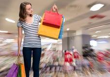 Jong glimlachend meisje met het winkelen zakken Stock Afbeeldingen