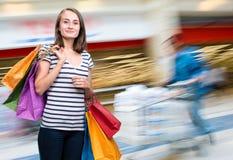 Jong glimlachend meisje met het winkelen zakken Royalty-vrije Stock Afbeelding