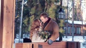 Jong glimlachend paar in de achtertuin van een huis met bloemen stock videobeelden
