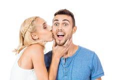 Jong glimlachend paar in geïsoleerd liefdeportret Stock Afbeeldingen