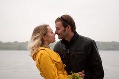 Jong glimlachend paar in liefde stock foto