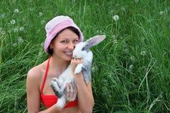 Jong glimlachend vrouw en konijn Stock Afbeeldingen