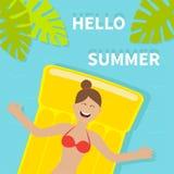 Jong glimlachend vrouwenmeisje die op gele het watermatras van de luchtpool drijven De rode Zomer van zwempakhello Het blad van d Stock Afbeeldingen