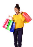Jong glimlachend zwarte die kleurrijke het winkelen zakken houden Stock Foto