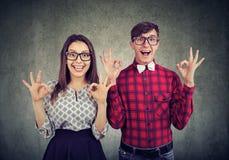 Jong grappig paar showig o.k. teken die opwinding uitdrukken royalty-vrije stock afbeeldingen