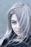 Jong grijs haired doordrongen meisjesportret stock afbeeldingen