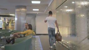 Jong GY spreekt op telefoon en gaat door de zaal in hotel stock videobeelden