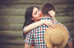Jong hartelijk paar die teder kussen royalty-vrije stock foto