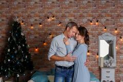 Jong hartelijk paar op Kerstboomachtergrond royalty-vrije stock afbeelding