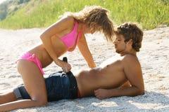 Jong hartstochtelijk paar op de kust Royalty-vrije Stock Foto