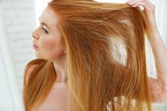 Jong het haarprobleem van de roodharigevrouw stock foto's