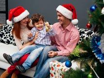 Jong het lachen familiehuis met sparren Stock Foto's