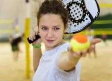 Jong het strandtennis van vrouwenspelen op omvat hof Royalty-vrije Stock Afbeelding