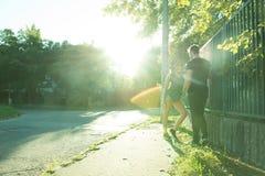 Jong Hiphoppaar in een stedelijk milieu Stock Foto's