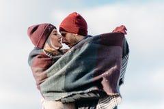 Jong hipsterpaar die elkaar in de winterpark koesteren royalty-vrije stock afbeeldingen