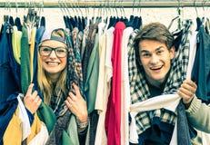Jong hipsterpaar in liefde bij de wekelijkse doekmarkt Stock Foto's