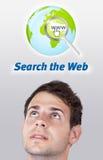 Jong hoofd dat Internet type van pictogrammen bekijkt Stock Afbeeldingen