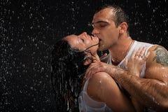 Jong houdend van paar. Stock Foto