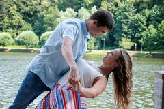 Jong houdend van paar in dans Vrouw en man het dansen royalty-vrije stock afbeeldingen