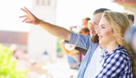 Jong houdend van paar die naar Tallinn reizen Liefde, relaties en toerismeconcept royalty-vrije stock foto's