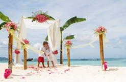 Jong houdend van paar op huwelijksdag Royalty-vrije Stock Foto