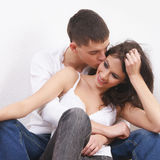 Jong houdend van paar over witte achtergrond Stock Foto's