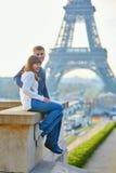 Jong houdend van paar in Parijs royalty-vrije stock foto's