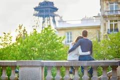 Jong houdend van paar in Parijs royalty-vrije stock fotografie