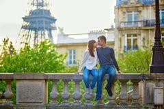 Jong houdend van paar in Parijs stock afbeelding