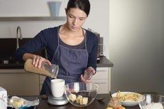 Jong huisvrouwenbaksel in de keuken Royalty-vrije Stock Afbeelding