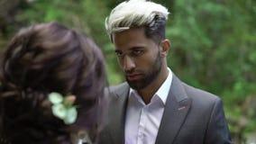 Jong huwelijkspaar bij ceremonie dichtbij waterval stock video