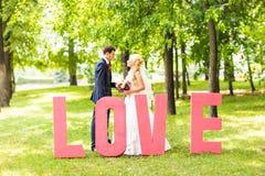 Jong huwelijkspaar die van romantische ogenblikken genieten Stock Fotografie