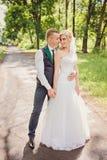Jong huwelijkspaar die van romantische ogenblikken genieten Royalty-vrije Stock Afbeeldingen