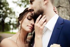 Jong huwelijkspaar die van romantische ogenblikken genieten Royalty-vrije Stock Afbeelding