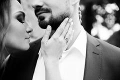 Jong huwelijkspaar die van romantische ogenblikken genieten Stock Foto's