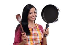 Jong Indisch de keukenwerktuig van de vrouwenholding stock foto's