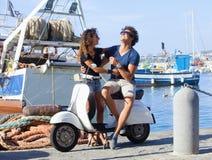 Jong Italiaans Paar op Autoped stock afbeeldingen