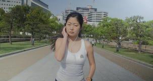 Jong Japans vrouwelijk agentmeisje die het schot van de damenok uitoefenen stock videobeelden