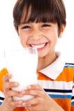 Jong jong geitje met glas melk stock fotografie