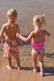 Jong jongen en meisje bij het strand royalty-vrije stock afbeeldingen