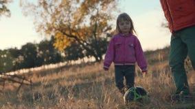 Jong jongen en meisjes het spelen voetbalplatteland stock video