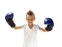 Jong jongensspel boxe met handschoenen Stock Fotografie