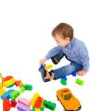 Jong jongensspel met bakstenen Royalty-vrije Stock Fotografie
