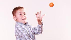 Jong jongensspel met fruit Stock Afbeelding